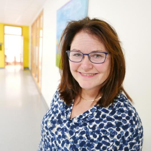 TAKKER FOR INNSATSEN: Rektor ved Tårnåsen skole, Nina Kristin Sæthre, takker Anne Berggrav for den mangeårige innsatsen i skolen og på Tårnåsen skole.