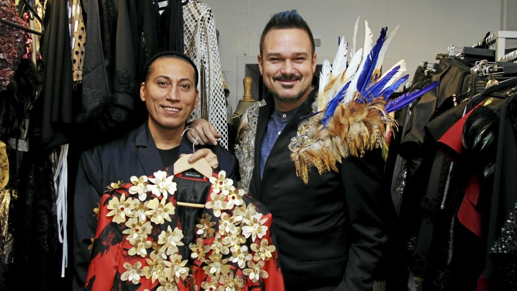 SKINNER: James Lazar Braathen og Tore Petterson i noen av kreasjonene designeren fra Sofiemyr stylet opp for den profilerte dansedommeren.