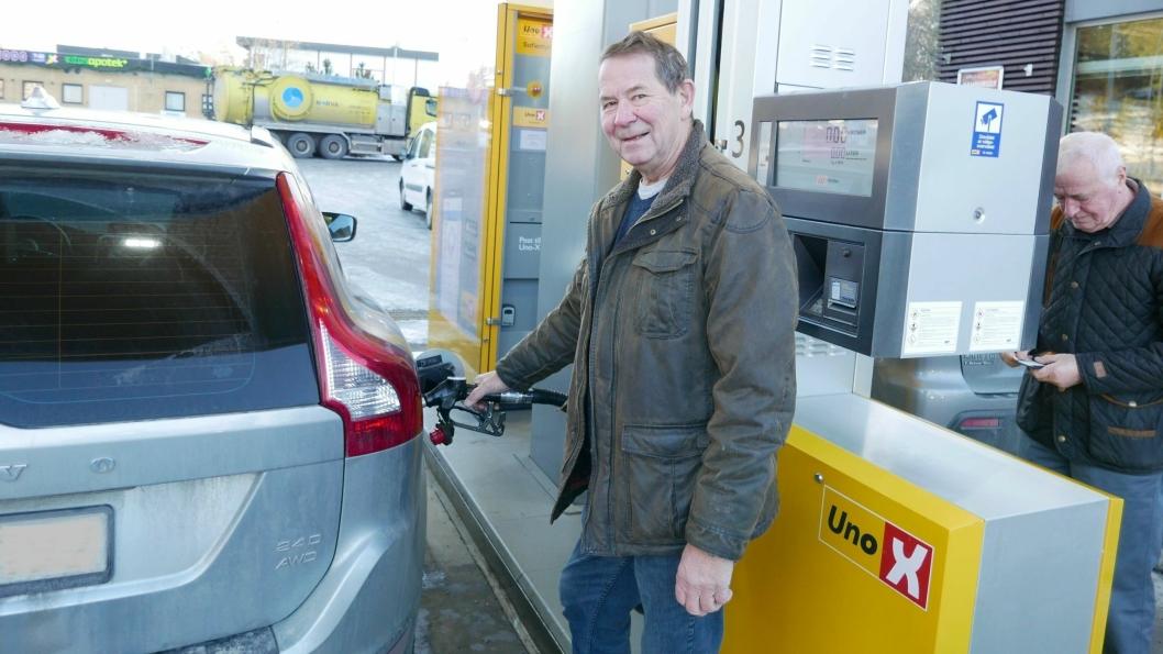 FYLLER FULL TANK: Gunnar Lia (66) fra Sofiemyr klager ikke på prisene uansett om det er prishopp eller prisfall på drivstoff-priser.