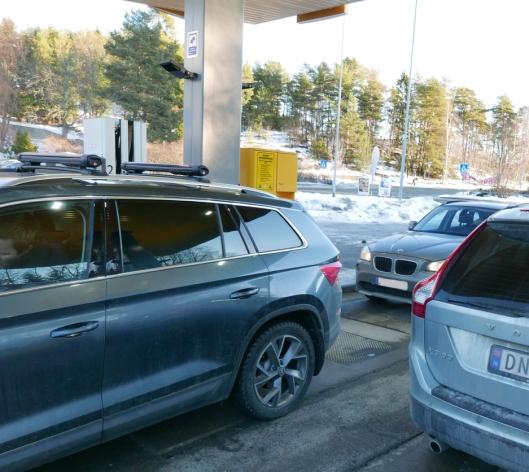 KAOTISK: Det ble litt kaotisk ved UnoX på Sofiemyr i dag da prisene på drivstoff ble satt kraftig ned.
