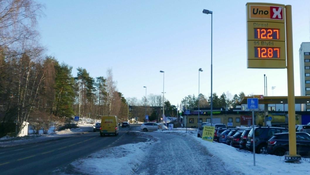 HISTORISK LAVE PRISER PÅ DRIVSTOFF: Bildet ble tatt mandag formiddag.