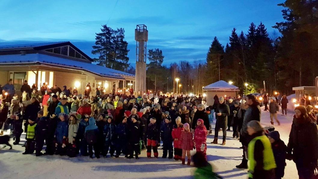LYSTE OPP: Flere hundre barn og voksne deltok i fakkelmarkeringen på Tårnåsen skole.