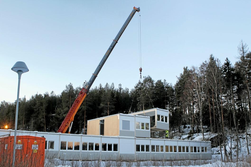BYGGER SKOLE I SOLKOLLEN: Arbeidet med å kjøre inn materialer fra grusbanen på Sofiemyr til Solkollen startet tirsdag denne uken.
