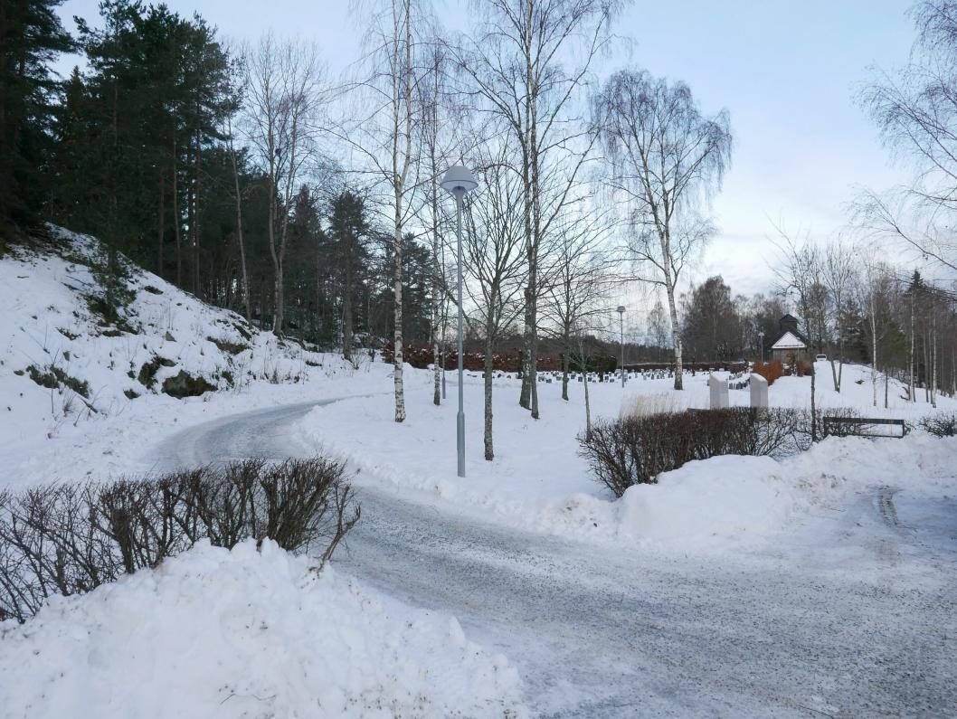 NÆRMESTE NABO: Kolbotn gravlund ligger nord for den midlertidige skolen i Solkollen.