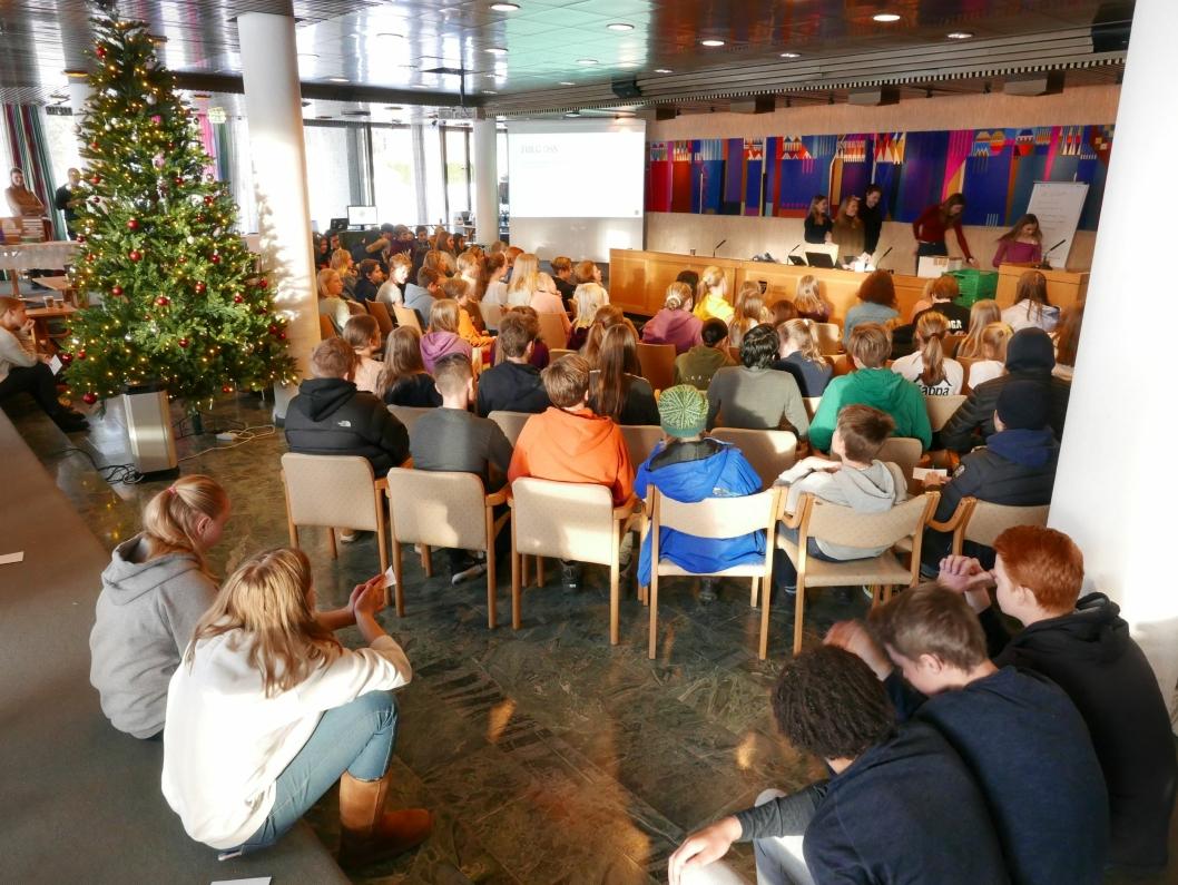 32 ELEVBEDRIFTER: Rundt 120 unge gründere møtte opp i Oppegård rådhus for å vise seg frem.
