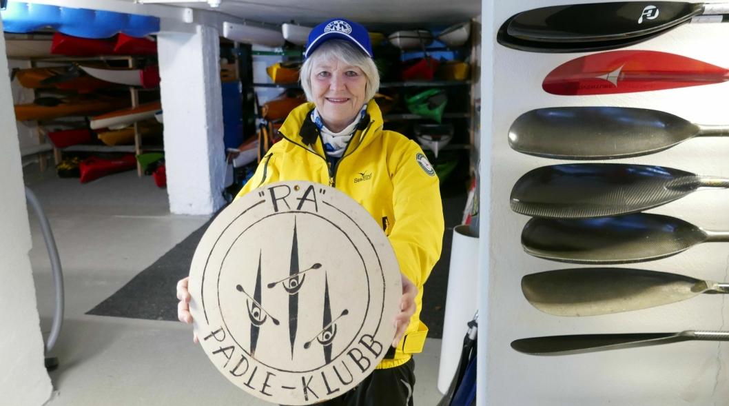 VELUTSTYRT: Randi Bentzen sier RA er velutstyrt med kajakker for flattvann og hav, og har alt annet av utstyr som trengs til padling.