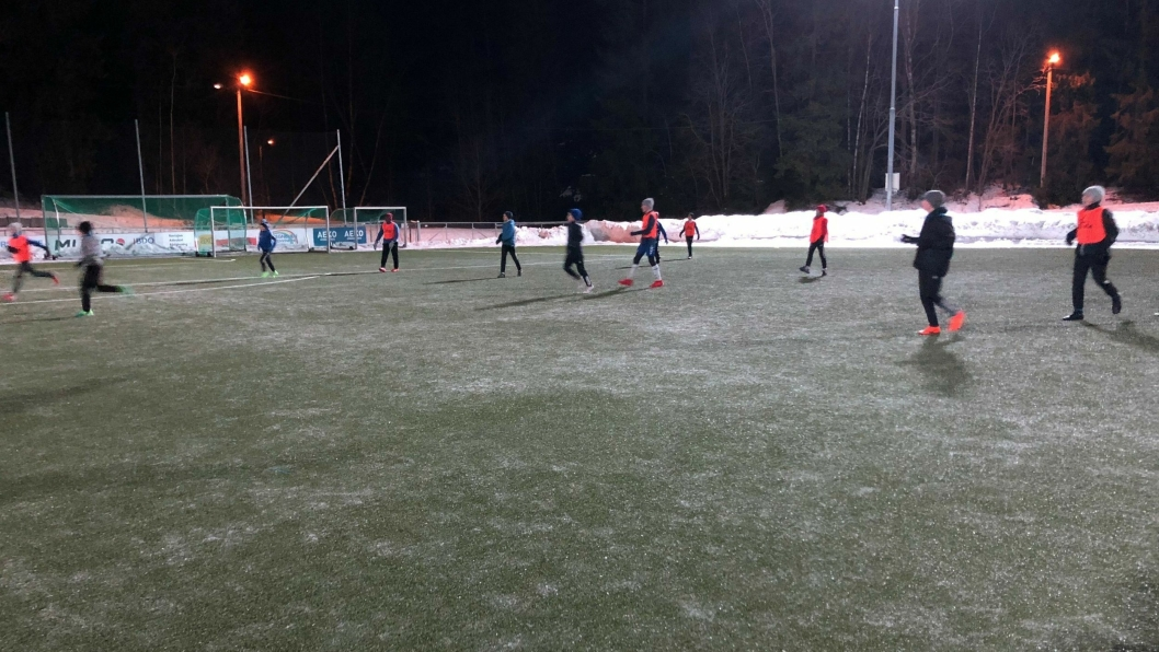 SKYLDES FEIL: Underlaget på kunstgressbanen på Østre Greverud har vært isete og beinhardt de siste to ukene.