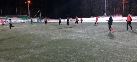 – Banen er isete og helt ubrukelig til fotball