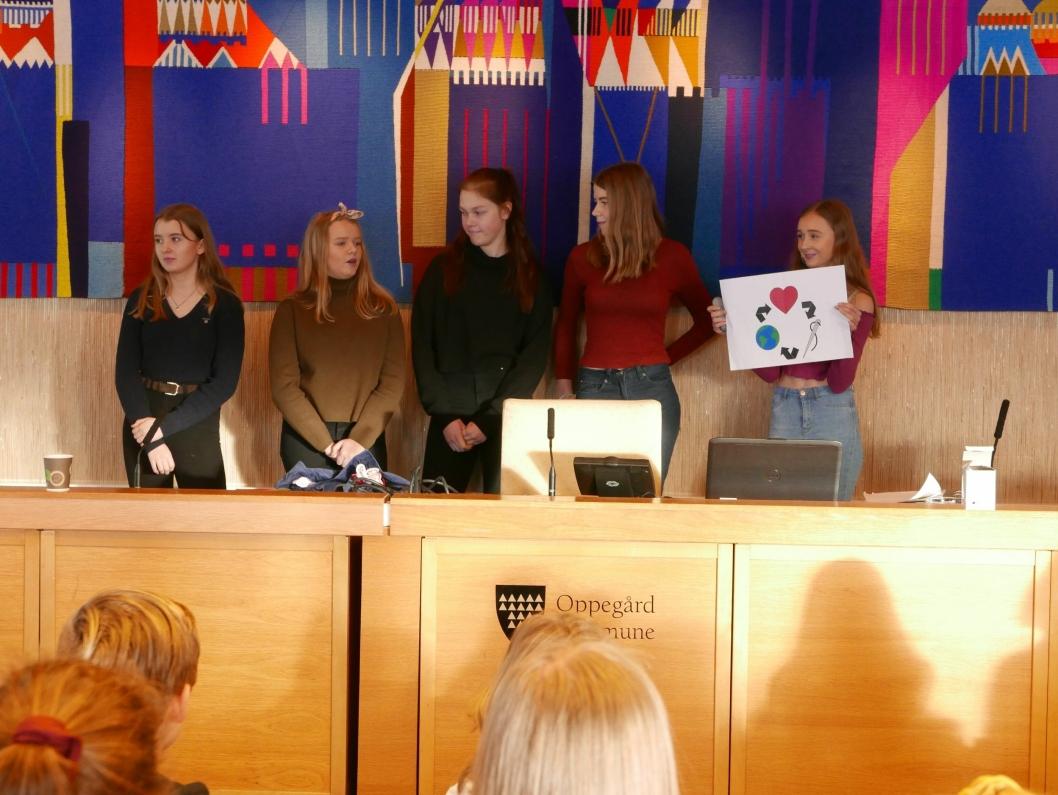 32 ELEVBEDRIFTER: Rundt 120 unge gründere møtte opp i Oppegård rådhus for å vise frem sine elevbedrifter.