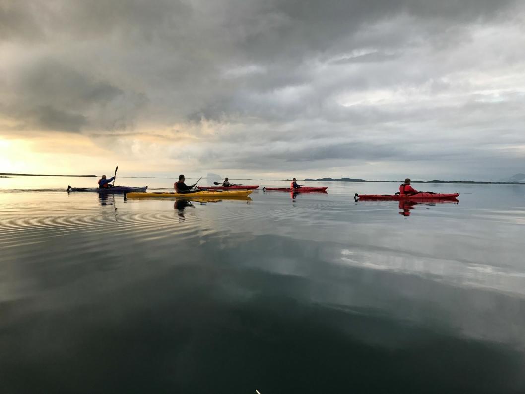 KOSELIG MED PADLING: Her kan du se et stemningsbilde den nye lederen av den lokale padleklubben har tatt på Helgelandskysten.