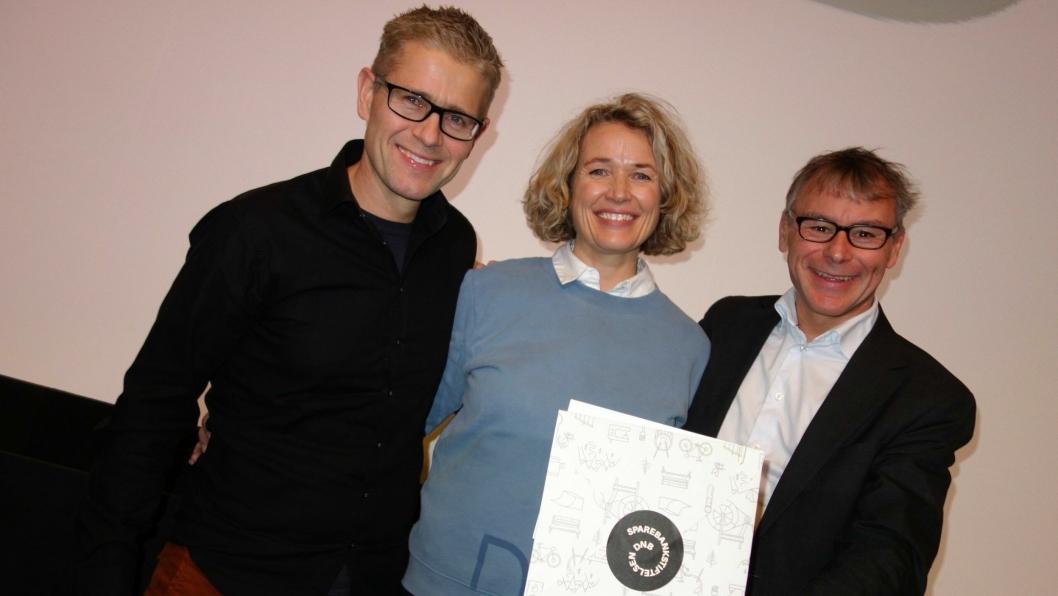 FIKK STOR GAVE: Leif Wedøe (Kolbotn Tennisklubb) med Karen Marie Sæther-Larsen (banksjef i DNB Ski) og Roald Albrigtsen (Kolbotn Tennisklubb).