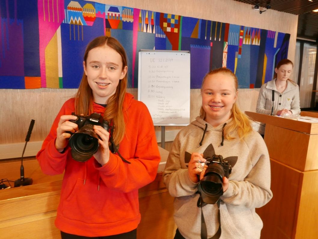"""BESTE IDÉ: Alva Sjølie Lange (14) og Malene Solberg (14) fra Videot-Hjelpen har vunnet i kategorien """"Beste idé""""."""