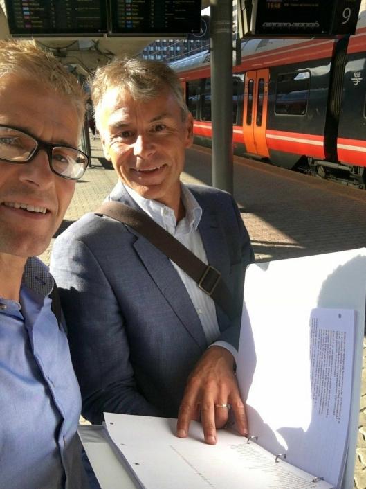 JOBBET TETT MED PROSJEKTET: Komitemedlemmene Leif Wedøe (51) og Roald Albrigtsen (55) i Kolbotn Tennisklubb.