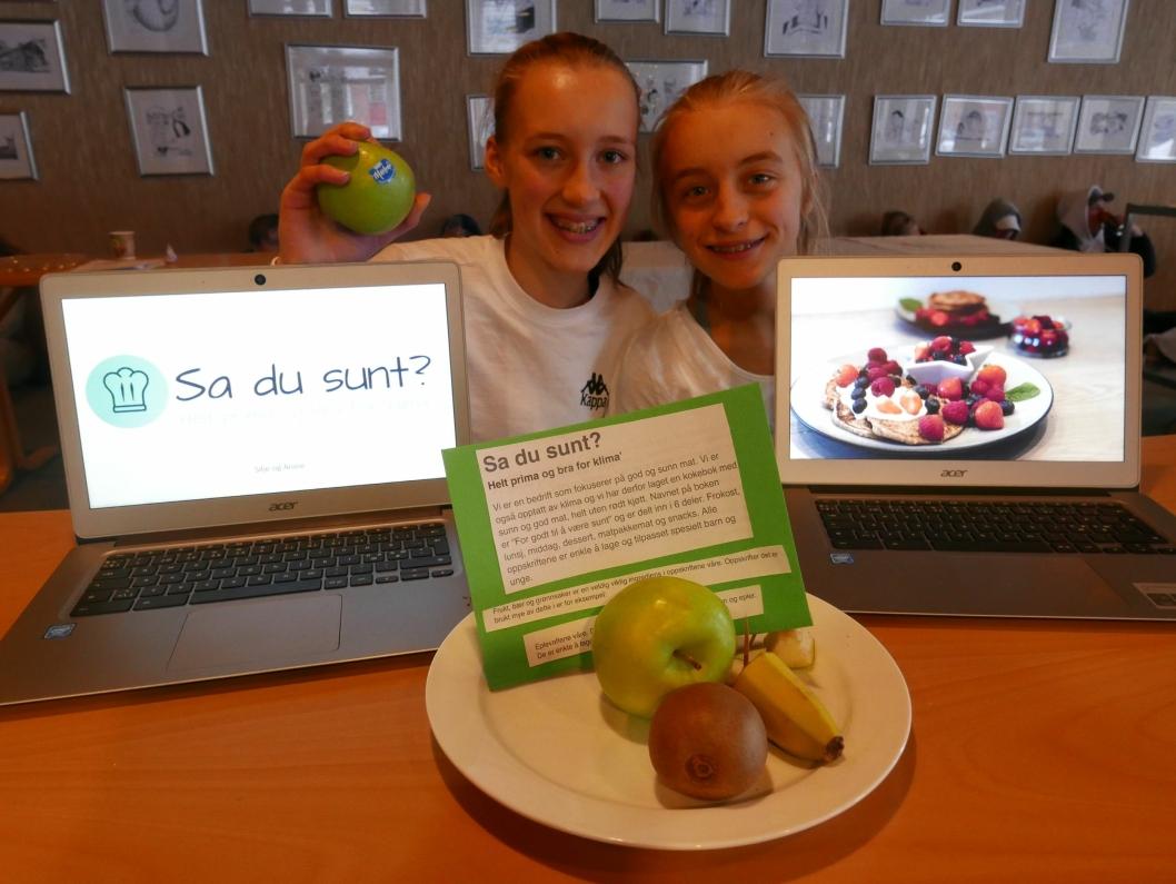 """""""SA DU SUNT?"""" Anine Johnsen (14) og Silje Berger (14) fra Hellerasten skole utvikler en kokebok med sunne oppskrifter for barn og ungdom."""