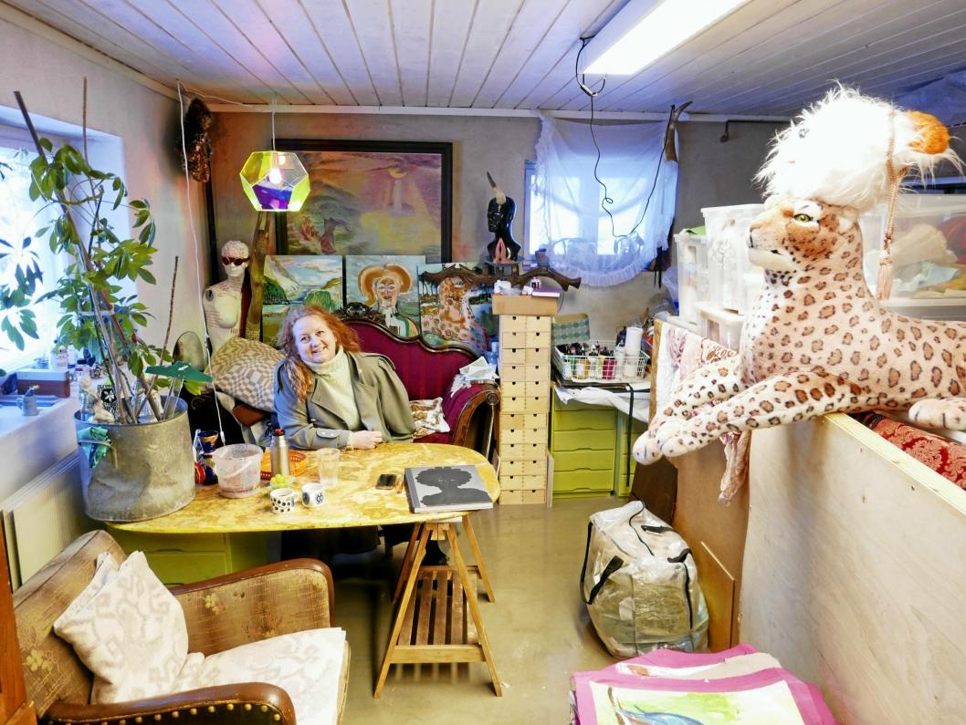 ASTRIDS EGEN VERDEN: Garasjen ligger helt inntil Astrids eget atelier. Selv jobber hun mye med visuell kunst. 50-åringen er mest kjent for sine tekstiler som hun maler på og syr røft sammen. Hun jobber også mye med bilder i akryl og ulike installasjoner.