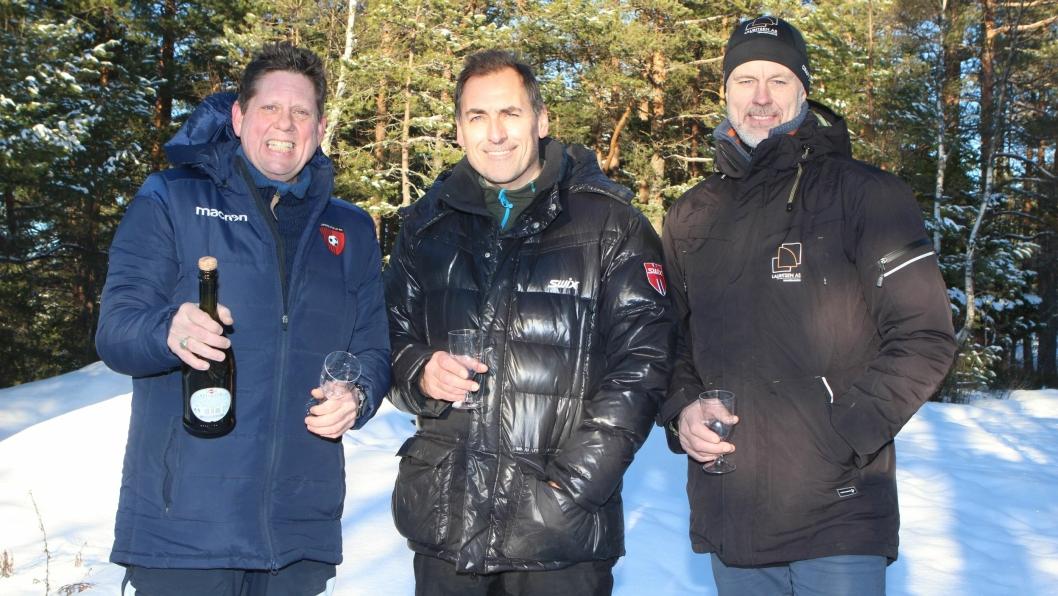 BOBLER I GRØNNLIÅSEN: Arve Moi (t.v.), Per Haukeland og byggeleder Torbjørn Lauritsen feirer at alle godkjennelser er på plass til nytt branntårn.