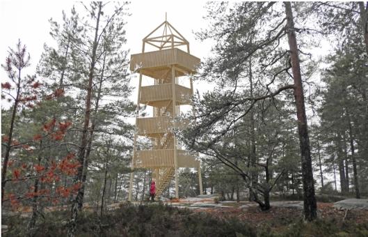 NYTT TÅRN: Slik ser man for seg at det nye branntårnet skal ruve i terrenget på Grønnliåsen.
