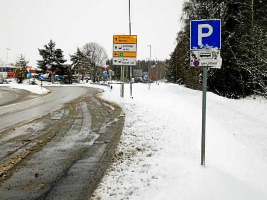 RIKTIG ENDEHOLDEPLASS: Busslommen ved rundkjøringen i Taraldrudveien har plass til to busser, men flere av bussjåførene velger å parkere ved den smale bussholdeplassen ved klubbhuset.
