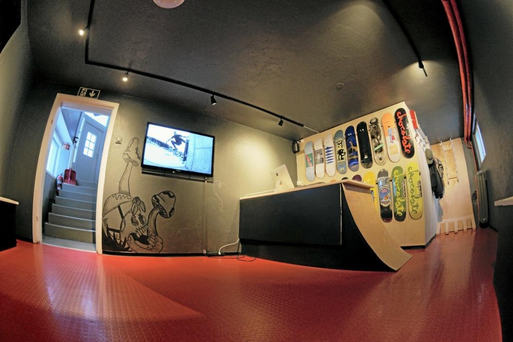 VERKSTED: I kjelleren har de et verksted for scootere, skateboards og BMX-sykler.
