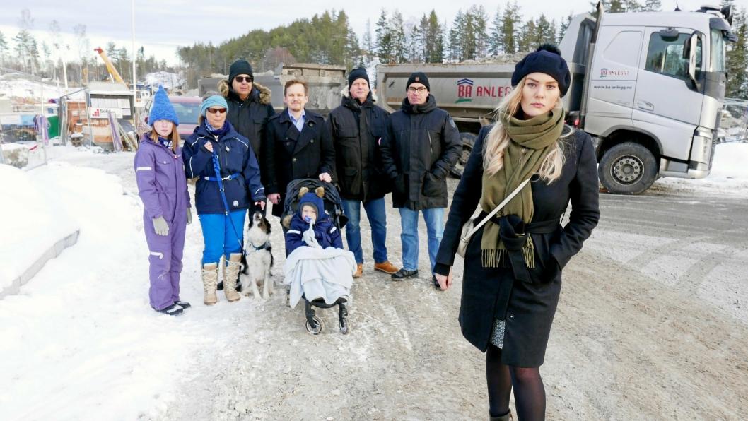 – DET TAS IKKE HENSYN TIL NABOER: – Det tas ikke hensyn til nabobebyggelsen. Over hele byggeperioden har det i perioder vært arbeidet lenge etter klokken 19:00. Personlig har jeg registrert arbeid frem til ca. klokken 22:30, sier styreleder Silje Emilienne Aanderud-Larsen (foran). Her er hun sammen med Johanna Lunde, Janne Gry Lunde, Morten Ringdal, Roger Aanderud-Larsen, August Aanderud-Larsen (i vogn) og Hogne Dufseth fra Sofiemyråsen grendelag.