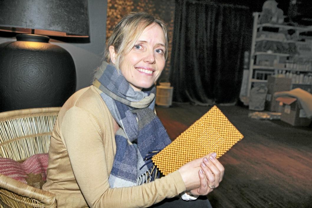 PRODUKTER MED MENING: Marina med en clutch-veske av papirkuler produsert i Afrika.