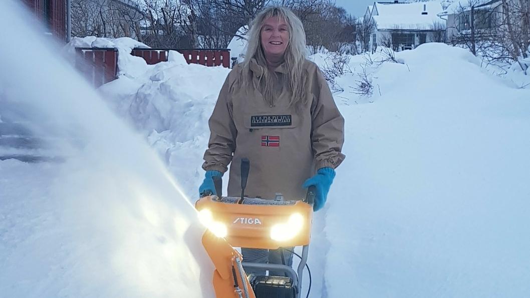 FRESER AV GLEDE: Trude Næss Møgster har god grunn til å smile. Smømengdene hjemme i Lofoten forsvinner lett - med nykjøpt freser fra Kolbotn.