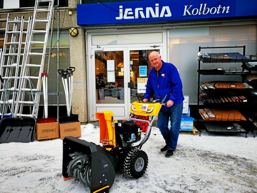 EKSTRASERVICE: Butikksjef Rolf Eriksen ved Jernia Kolbotn ble overrasket over at det ikke kostet mer å frakte freseren fra Kolbotn til Lofoten.