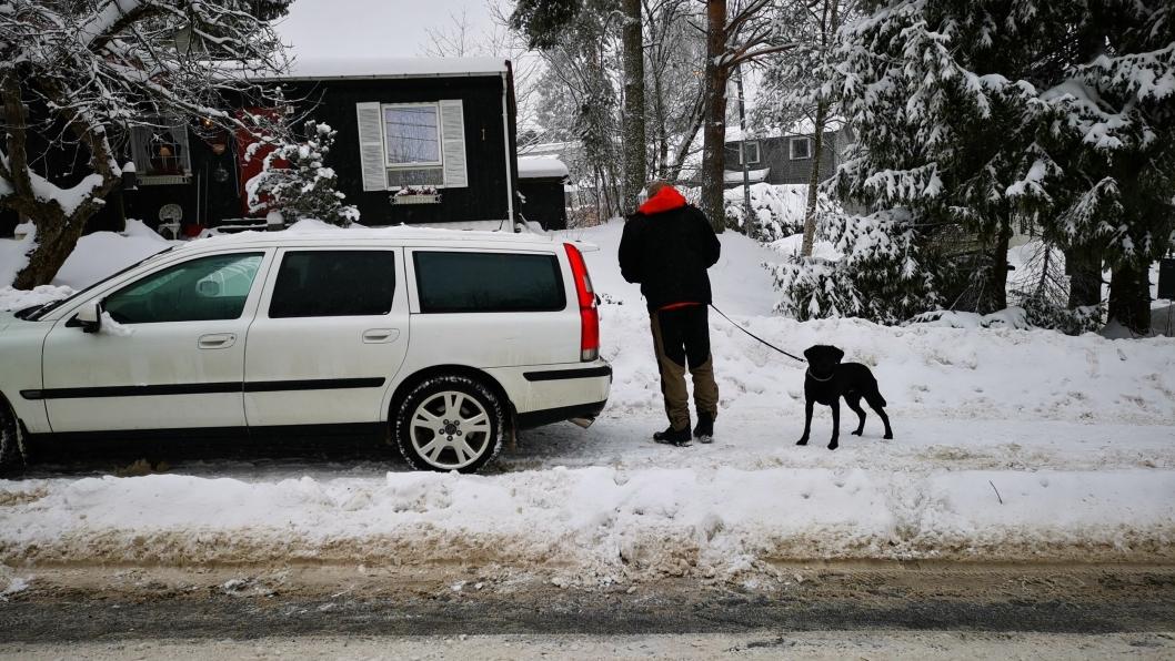 SØKER MED HUND: Politiet leter etter spor i og rundt en bolig i Holbergs vei. NB! Bilen på bildet har ikke noe med saken å gjøre.