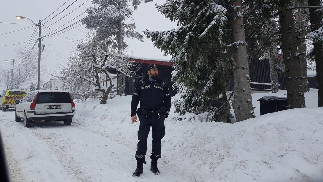 POLITIAKSJON: Politiet er på plass i Holbergs vei på Sofiemyr. En person er pågrepet. NB! Bilen på bildet har ingenting med saken å gjøre.