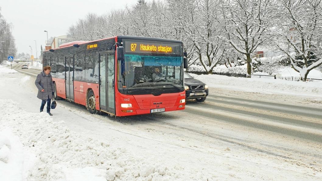 SKAL STOPPE MIDT I KJØREFELTET: I dag stopper bussene inne på busslommene, slik at trafikken glir forbi som på bildet tatt ved holdeplassen Frøyas vei. I løpet av 2019 skal busslommene fjernes ved følgende holdeplasser: Nordberg, Frøyas vei og Sofiemyr senter.