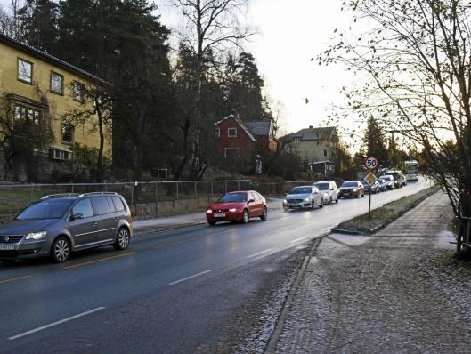 KØ: Oppegård Avis har flere ganger skrevet om køproblemene i Sønsterudveien. Nå kan det bli reneste trafikkinfarkt med busser som sperrer veien. Bildet er tatt ved bussholdeplassen Nordberg.