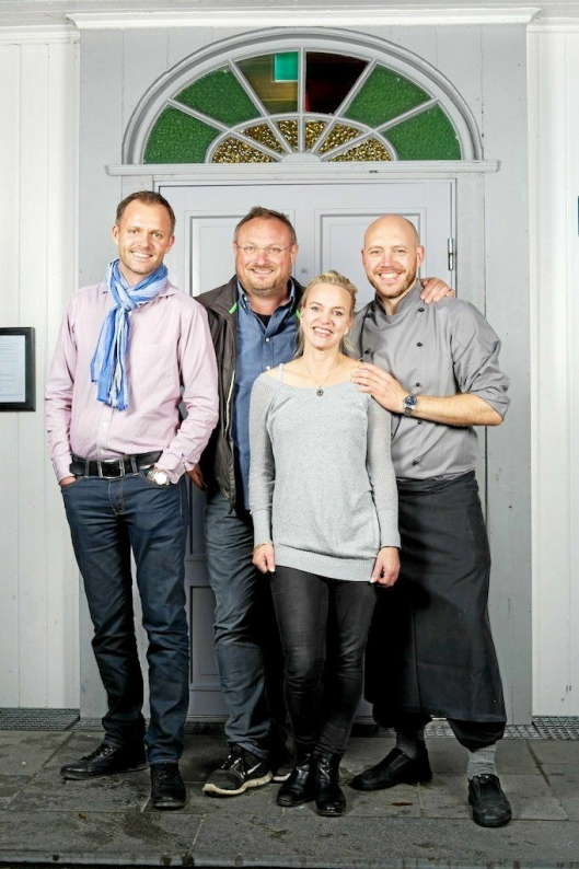 DEN GANG DA: Mesterkokk Bent Stiansen var til stede da hans gamle elever åpnet restaurant på Kolbotn i 2009. Fra venstre: Vebjørn Aarflot, Bent Stiansen, Helene Jahren og kjøkkensjef Bent Åge Rustad.