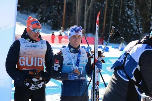 STIGNING: Eirik Bye hadde en strålende avslutning på para-VM med gull på stafett og bronse på 20 km.Til venstre, ledsager Eivind Røed.