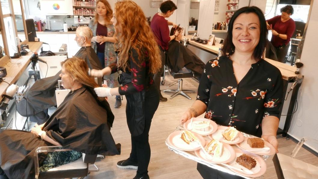 FEIRER 17 ÅR: Anne-Marie Wiseth (41) fra Tomter er utdannet herrefrisør og har drevet Sofiemyr Frisør AS i 17 år. Onsdag 27. februar ønsket hun kundene velkommen med kake og goodie-poser.