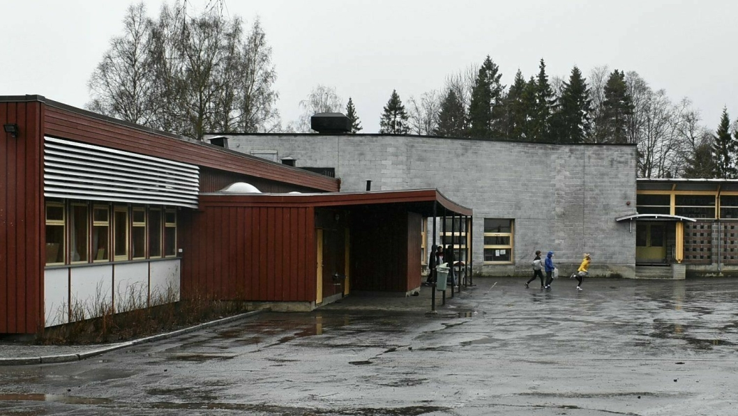 TOK SEG INN FRA SKOLEGÅRDEN: Natt til onsdag var det innbrudd på Sofiemyr skole. Uvedkommende tok seg inn gjennom et vindu i den grå bygningen du ser på bildet.