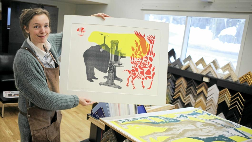 RAMMER INN: Marthe Sveen Edvardsen hos Artwork rammer inn bilder av Bleken og Bjertnes, som skal vises på vårutstillingen i Bibliotekgalleriet.