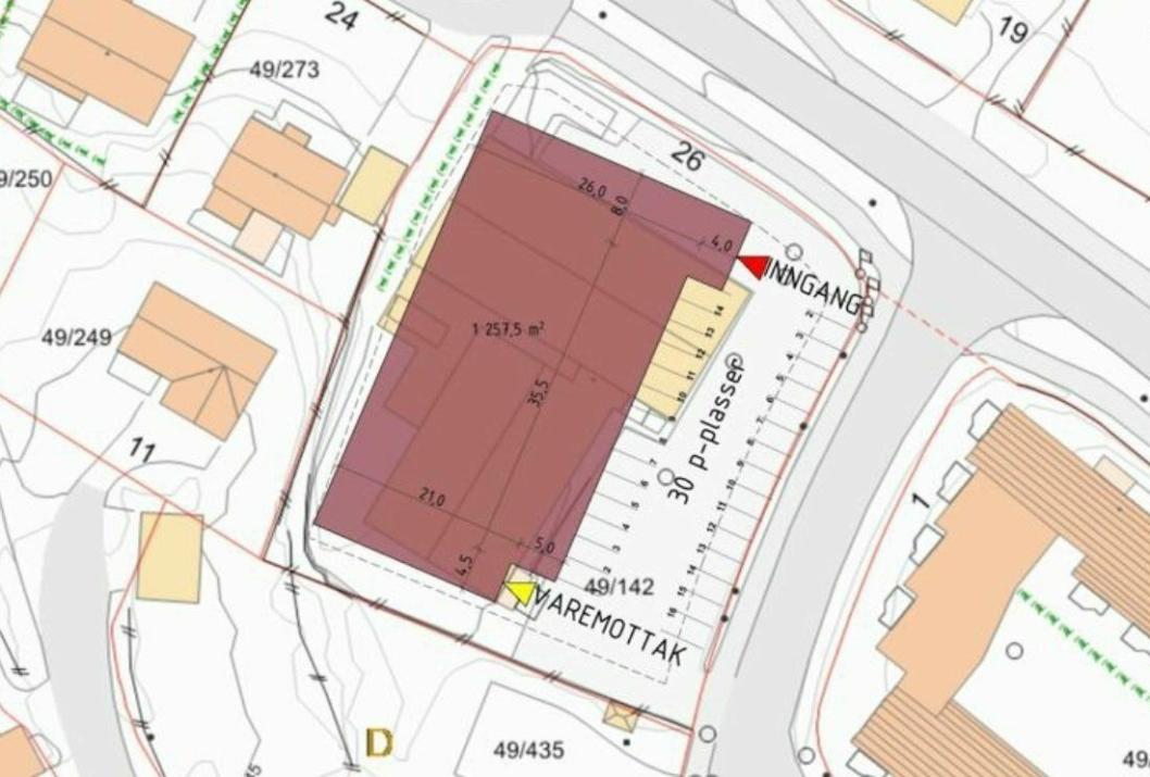 DETTE VAR PLANEN BAK COOP PRIX: Coop Øst ville rive eksisterende bygg (Kolbotn Bil) i Sønsterudveien 26 og bygge en Coop Prix-butikk på stedet. Butikken skulle være på én etasje, med fotavtrykk på 1257 kvadratmeter. Det er tegnet 30 parkeringsplasser for bil øst for nybygget. Inngangen til butikken skulle være nærmest krysset i Sønsterudveien-Holbergs vei, mens varemottaket er tegnet inn i sørenden av bygget, der den tidligere inngangen til Rimi-butikken var.