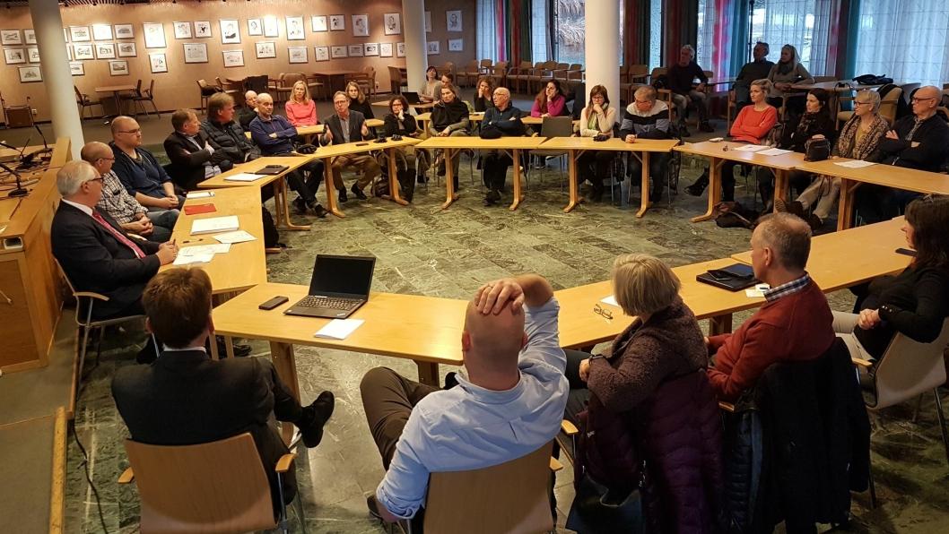 SATT I RING: Det hjalp ikke med å plassere bordene i ring i kommunestyresalen under møtet mandag kveld. Stemningen var amper store deler av møtet.