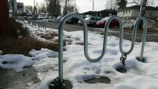 TOMME SYKKELSTATIVER: Det er svært få som sykler til skolene i kommunen om vinteren. Bildet ble tatt ved Sofiemyr skole tirsdag formiddag forrige uke.