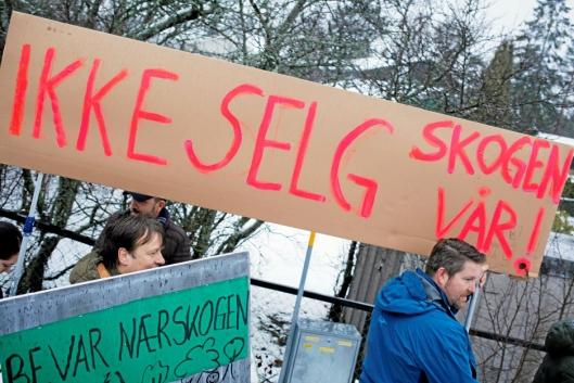 PLAKATER: Innbyggerne på Rikeåsen hadde laget store plakater for å si sin klare mening tidligere i vinter. Nå blir de hørt.