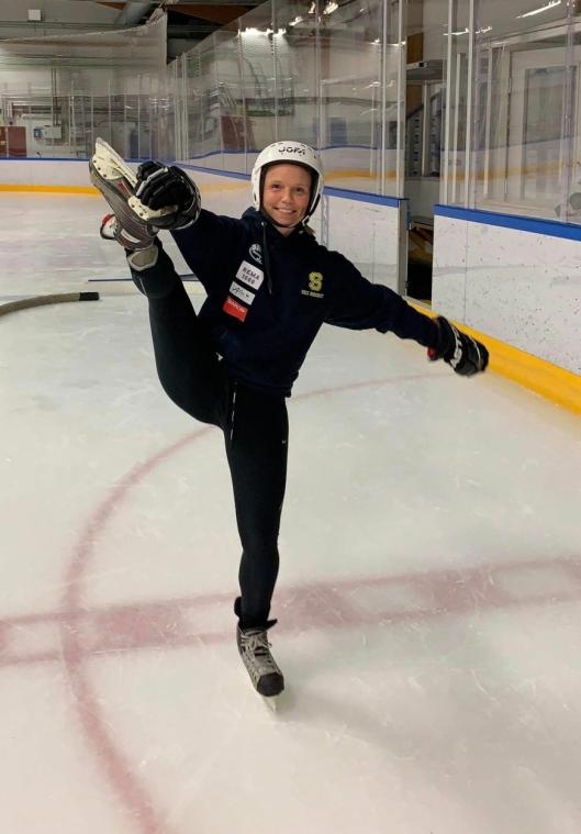 """ERFAREN PÅ ISEN: Camilla Edi Hille (V) er ikke hvilken som helst bruker av skøytebaner. <span class=""""UFICommentActorAndBody""""><span data-ft=""""{""""tn"""":""""K""""}""""><span class=""""UFICommentBody"""">I over ti år har hun spilt hockey på landslaget og er fortsatt aktiv i hockeymiljøet. </span></span></span>"""