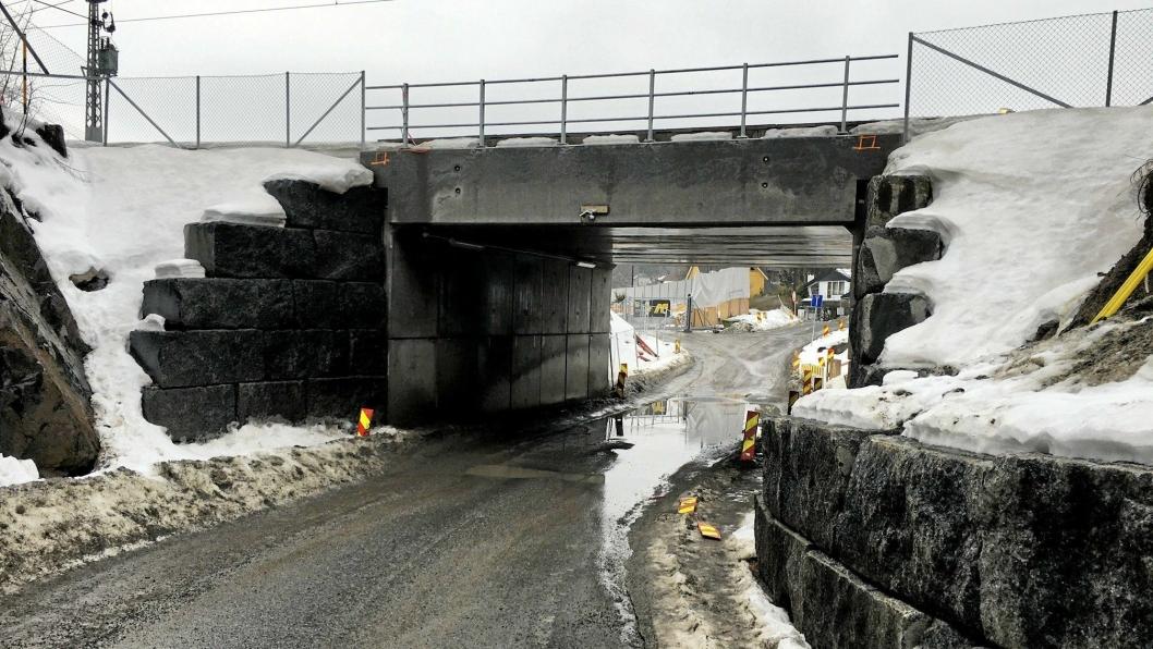 SKAL STENGES MED PORT: Kommunen og utbygger vil sette opp en port som stenger undergangen i Theodor Hansens vei for ordinær trafikk.