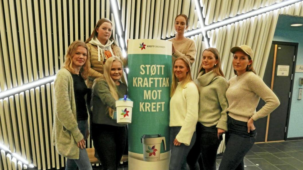 ENGASJERTE UNGDOMMER: Foran fra venstre til høyre: Christine Hole Svenningsen (18), Celine Bromark (19), Lisa Dybsjord (18), Emilie Hauglum (18) og Oline Kihlman (19). Bak fra venstre til høyre: Julie Abelsted (18) og Anna Sofie Dietrichson (18).