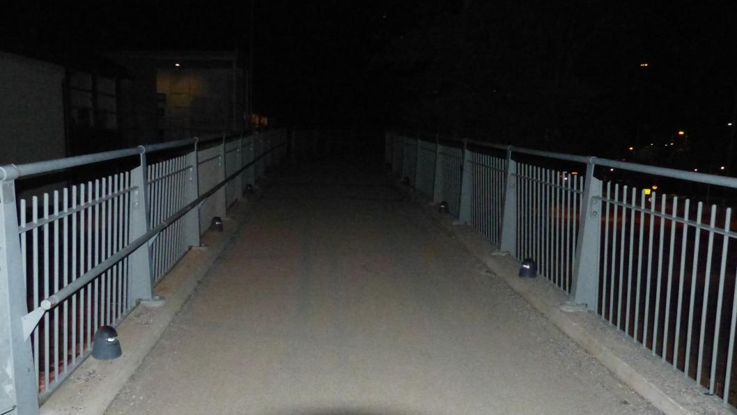 INGEN LYS: Thor Bettum (83) fra Sofiemyr reagerer på at belysningen på broen har vært fraværende i mange år.