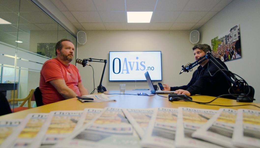 LYDEN AV OAVIS: I dag presenterer vi tidenes første utgave av podcasten «Uka med Oavis». Til venstre redaktør Sigbjørn Vedeld og programleder Eskil Bjørshol til høyre.