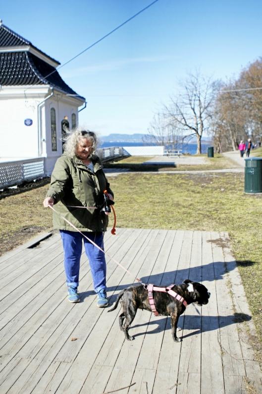 TURKAMERATER: Mette Kosstad og hunden «Lille» er ivrige brukere av turområdet i Hvervenbukta. Etter 1. juni frykter Kosstad at hun må finne et nytt område, uten bom.