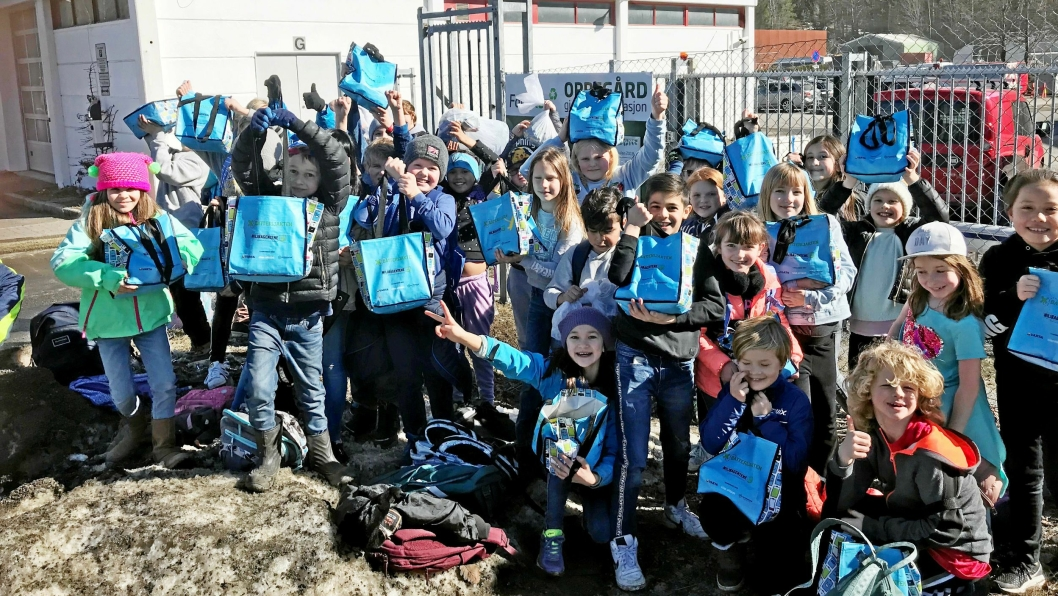 GLADE INNSAMLERE: Barna i 4A og 4B ved Tårnåsen skole leverte kilovis med batterier til miljøstasjonen forrige fredag.