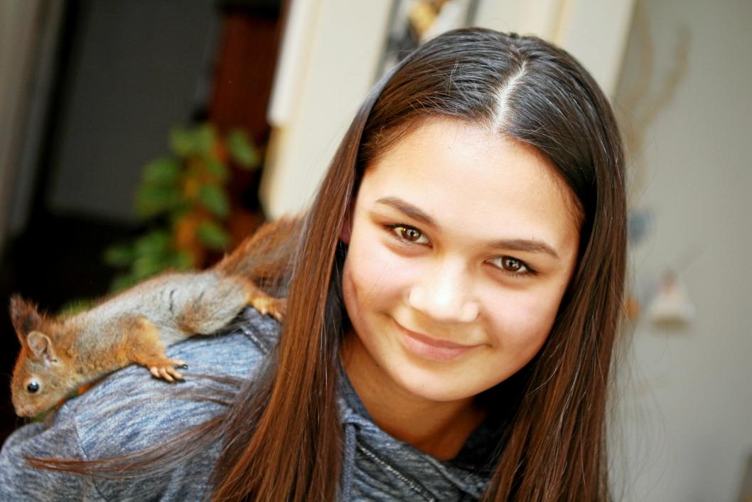 GODE VENNER: Sarah (12) har på få dager blitt veldig god venn med den lille ekornungen.