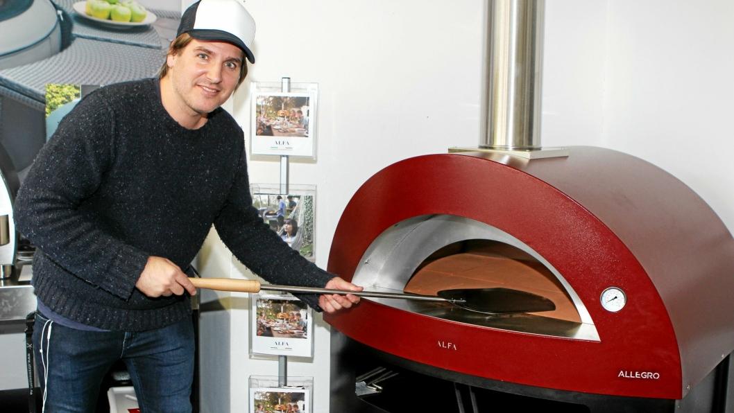 FYRER OPP: Hugo Grimsrud er klar for å fyre i gang salget av pizzaovner fra showrommet til Mspa på Kolbotn.