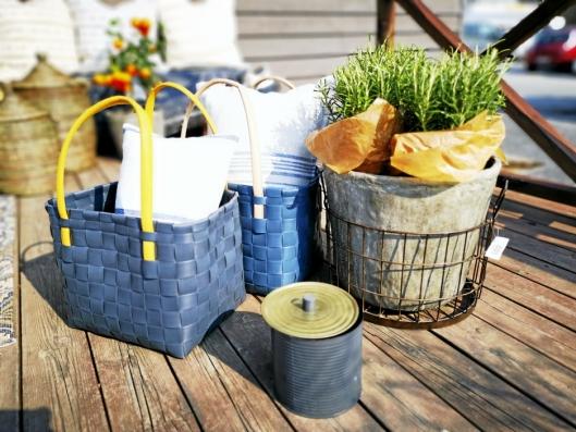SKAPER STEMNING: Kurver, puter, planter og fakkelbokser. Alt er gode alternativer som kan brukes på uteplassen hjemme.